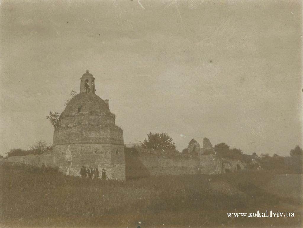 м.Сокаль, Старинна башта над річкою Буг з оборонними мурами біля Старого костелу  з монастирем