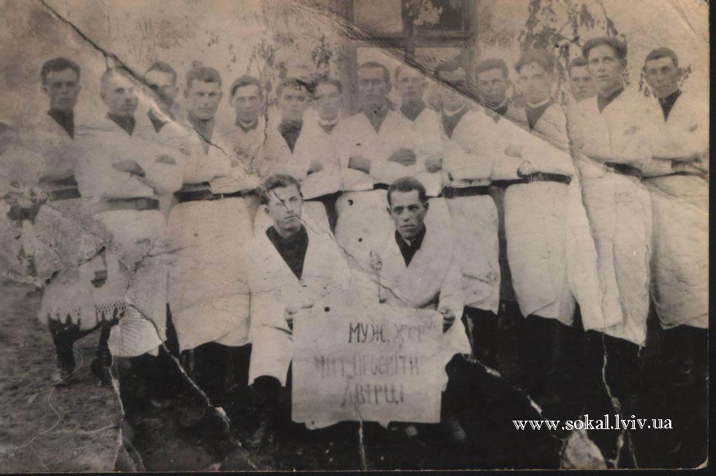 c.Двірці, Чоловічий хор в білих халатах