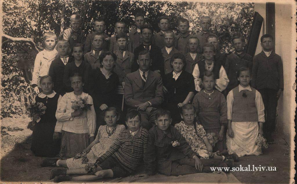c.Двірці, Вчителі з дітьми коло школидиректор школи Фігас Людвіга в центрі