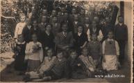 Вчителі з дітьми коло школидиректор школи Фігас Людвіга в центрі