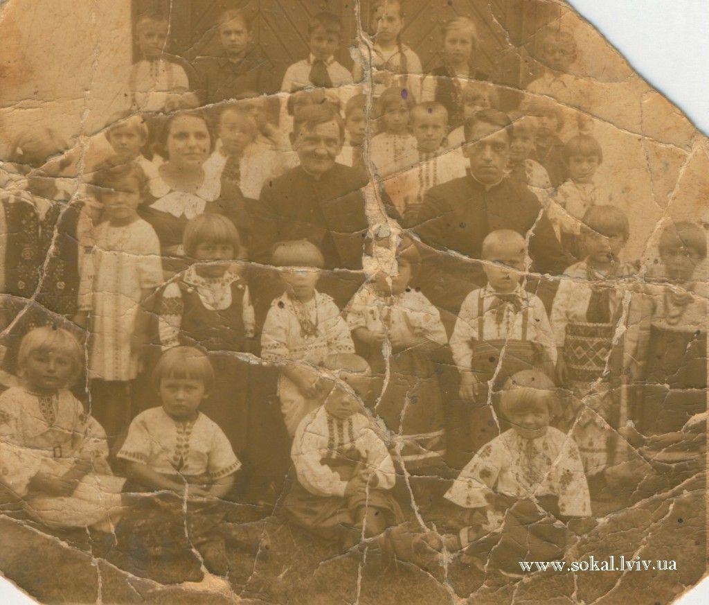 c.Волиця К, Дитячий садочок в с.Волиця-Комарева(колись називали захоронка), справа сидить Наталка Омелян