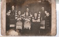 Молодь I-зліва - Михайлина Семенюк , зв`язкова УПА і медсестра ;II - Лукія Дещиця , зв`язкова УПА ; V - Марія Вікарчук , вчитель ; VI - Марія Гарасимчук , зв`язкова УПА .