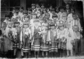 Захоронка при церкві1-й ряд: Чемерис Йосип (2-й справа), Робашевська (3-я справа). 2-й ряд: Грабова (4-а зліва). 3-й ряд: Рак Ганна (2-а зліва), Савчук Анастасія (4-а справа), Ворона Софія (5-а зліва), Чесак Марія (7-а зліва), Савчук Ганна (3-я справа), Лах Ярослава (2-а спр