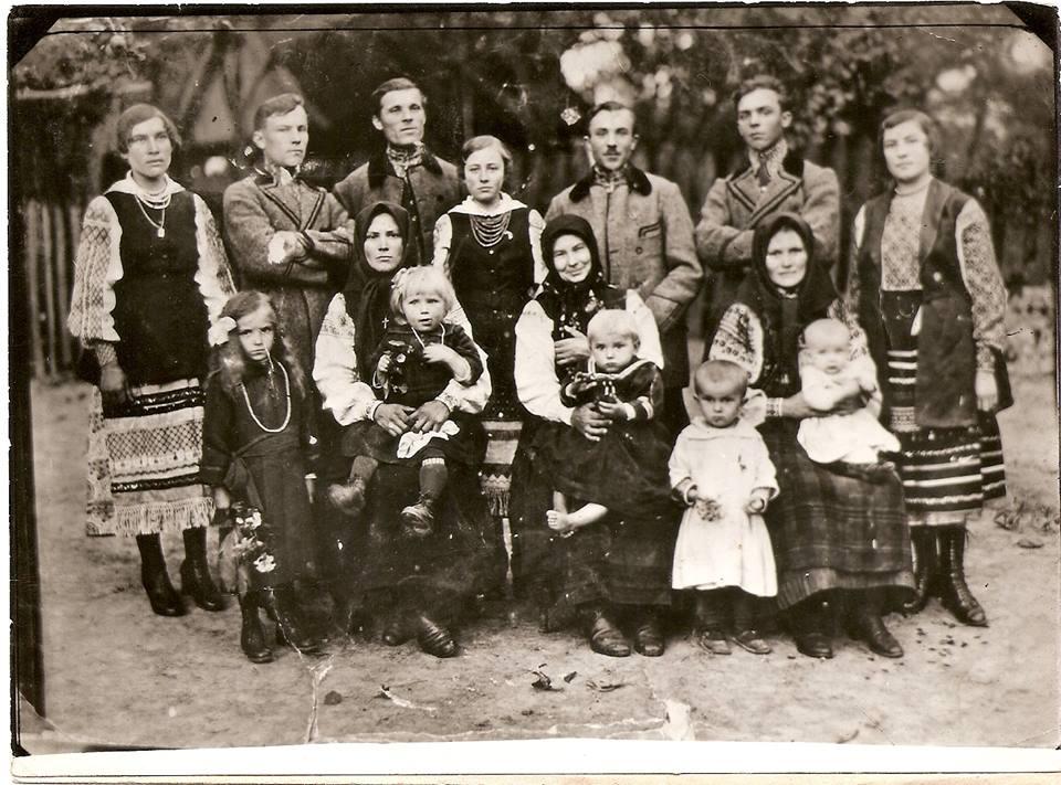 c.Себечів,  В центрі-Анна Бриль (Башук). Зліва-невістка Ксеня з дітьми Тадеєм та Наталею. Справа-донька Марія Гарасимків з доньками Олею та Ганною. Стоять(справа наліво): донька Ольга, син Михайло Башук, син Павло Бриль, донька Катерина,зять Гарасимків Іван,син Іван