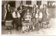 Фото того ж 1928 року. Родина Башуків біля своєї хати, яка згоріла під час облави у 1946. Другий зліва (з гітарою) Петро Башук. В майбутньому - політвязень польських і німецьких таборів, активний діяч ОУН, помер 1995 року в Канаді. Третя зліва - Катерина. У майбутньому - дружина шефа штабу