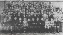 Посередині директор д-р С. Шах. Ліворуч від нього Іван Климів (Леґенда). В останньому ряді четвертий зліва Василь Сидор (Шелест)