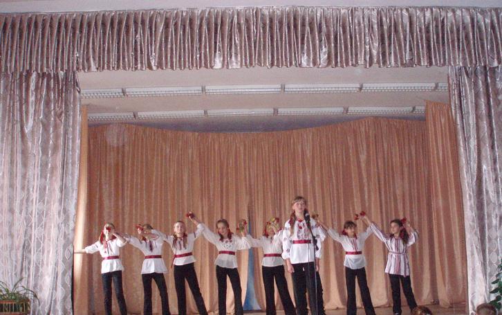 м.Сокаль, освітаПід час виступу в Сокальському ОО. На сцені в СШ №4 Г.Гумен та дівчата з ансамблю.