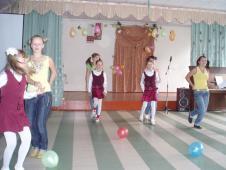 А випускники про дитинство згадали і затанцювали з першокласниками
