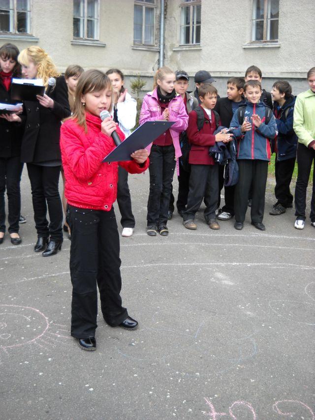 м.Сокаль, Квітень. Карооке на шкільному майданіCпіває О.Бриль, уч 1-Б кл.