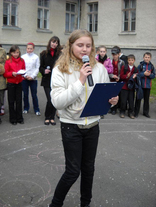 м.Сокаль, Квітень. Карооке на шкільному майданіCпіває Ю.Ющак, уч 1-Б кл.