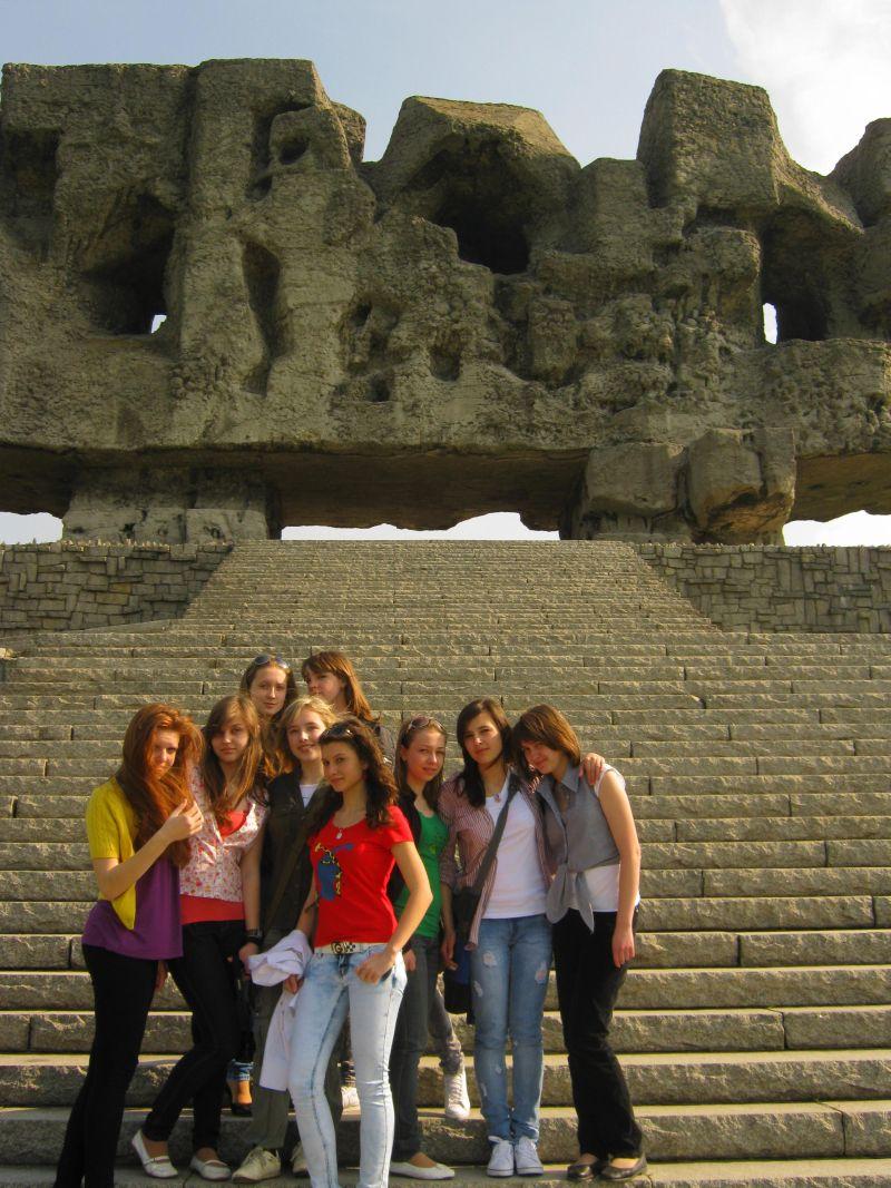 м.Сокаль, в квітні-травні цього року наші учні в рамках проекту українсько-польського обміну молоді перебували 10 днів у Польщі(м. Радечніца)Під час відвідин концтабору на Майданку