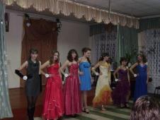 На фото внизу учасниці конкурсу «Міс школи»(зліва-направо: А.Федик, С. Дмитрів, Г.Будник, О.Здерка, О.Пікунова, І.Шепітяк, Г.Гумен.