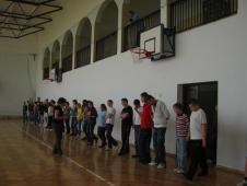 У просторому спортзалі діти готуються до вивчення полонезу...