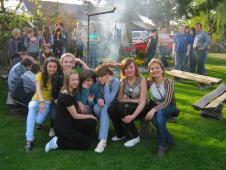 в квітні-травні цього року наші учні в рамках проекту українсько-польського обміну молоді перебували 10 днів у Польщі(м. Радечніца)(на фото- в Уліку смаження ковбасок)