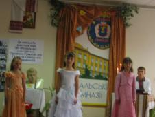 Дівчатка 1 класу у ролі мелодій душі (на фото зліва-направо: Н.Філяс, М.Босяк, С. Кучинська, на задньому плані – Р. Дмитрів)