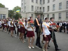 Свято останнього дзвоникаНа урочисту лінійку заходять випускники (класні кер. О.Т. Виглінська і М.П.Гущик) на фото справа