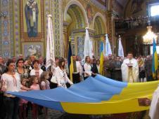 Служба  Божа в в катедральному соборі св. ап. Петра і Павла м. Сокаля відбулося освячення Державного прапора